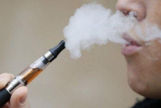 خبير بريطاني: مدخنو السجائر الإلكترونية قد يتناولون مستويات أعلى من النيكوتين ويدمنون عليه