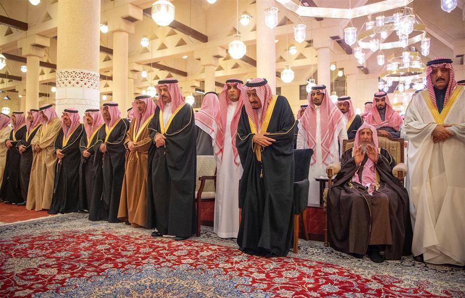 صور.. خادم الحرمين يؤدي صلاة الميت على الأمير متعب بن عبدالعزيز