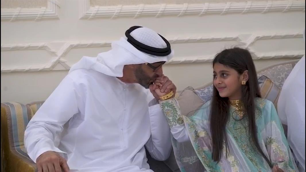 محمد بن زايد يزور طفلة بمنزلها ويقبل يدها لعدم تمكنها من مصافحته سابقاً