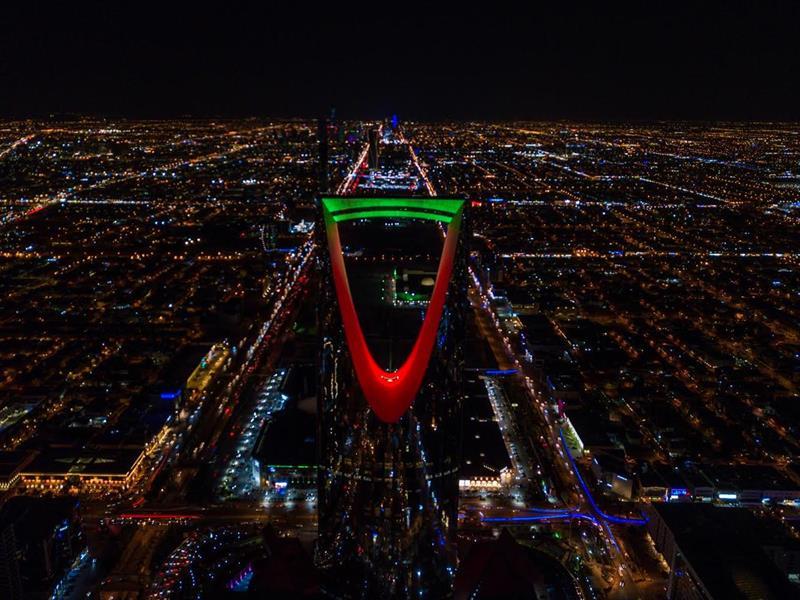 برج المملكة يضيء بألوان علم الإمارات احتفالاً بيومها الوطني (صور)