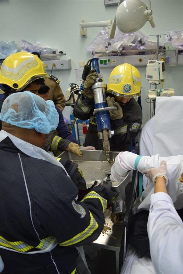 مدني الرياض ينقذ يد شخص احتجزت داخل فرامة لحم (صور)
