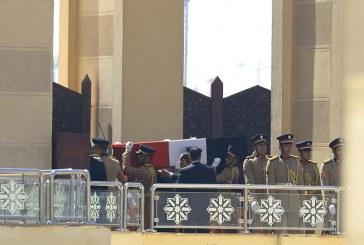 جنازة عسكرية لحسني مبارك والرئيس المصري في مقدمة مشيعيه (صور)