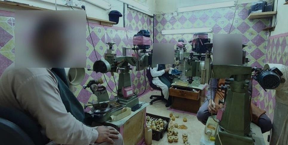 ضبط عمالة تُدير مصنعاً للذهب في حي الكندرة بجدة