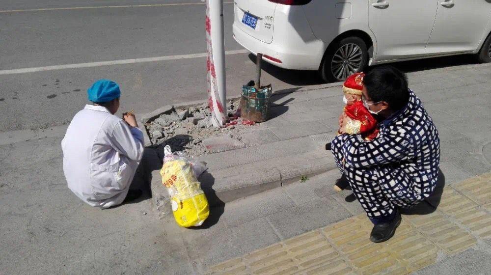 """هكذا التقت ممرضة صينية بطفلها بعد شهر بسبب مشاركتها في علاج مصابي """"كورونا"""""""