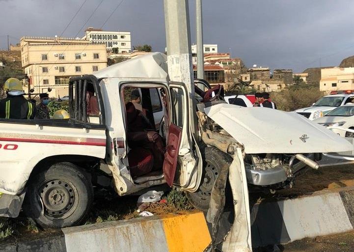 مركبتان تصطدمان بعمودي إنارة في الباحة بطريقة مروعة (صور)