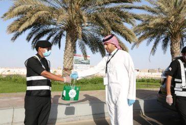صور.. إمارة مكة توزع 30 ألف هدية معايدة على رجال الأمن والصحة بالمنطقة