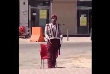 فيديو.. حارس أمن يذرف الدموع بعد إزالة غرفة مخصصة لحمايته من الشمس خلال عمله في الجوف.. و