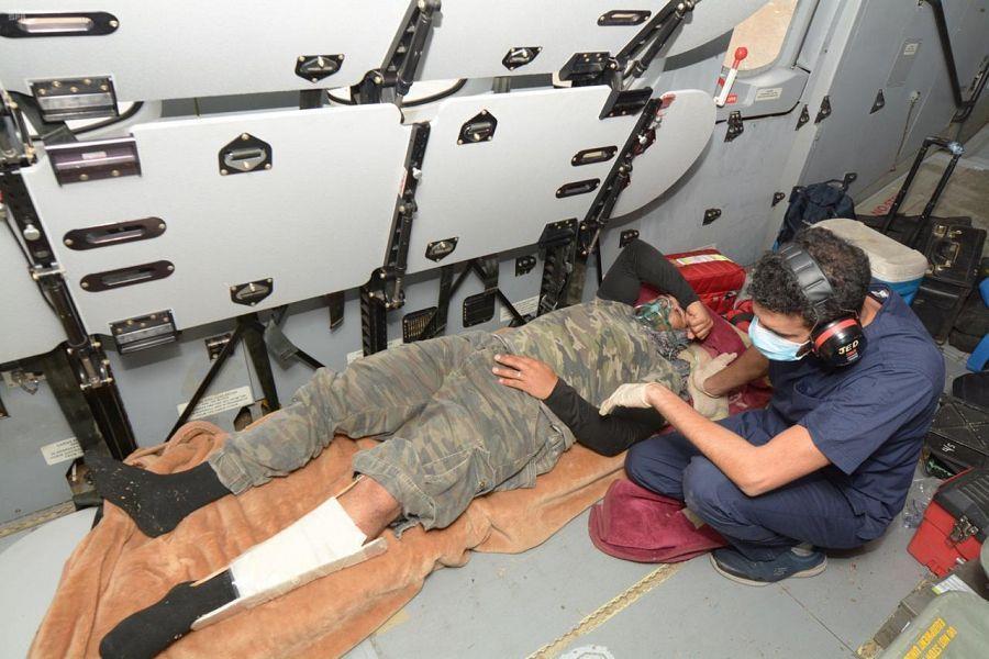 """صور.. """"طيران الأمن"""" يُنقذ ويسعف مصاباً احتُجز في أعلى قمة جبل بوادي ريم في المدينة"""