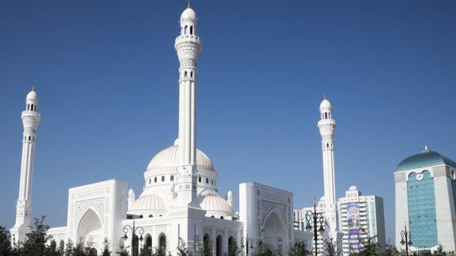 """""""قطعتان من ستار الكعبة"""" هدية الملك لأكبر مسجد في أوروبا وهكذا استقبلها رئيس الشيشان (فيديو)"""