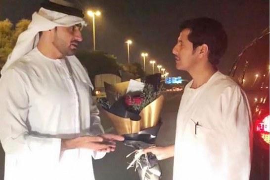مواطن يفقد هويته عند عودته من الإمارات وشرطة الشارقة تعيدها له مع باقة ورد