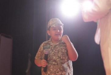 طفل يبكي أثناء إلقاء قصيدة وطنية بمحايل (فيديو)