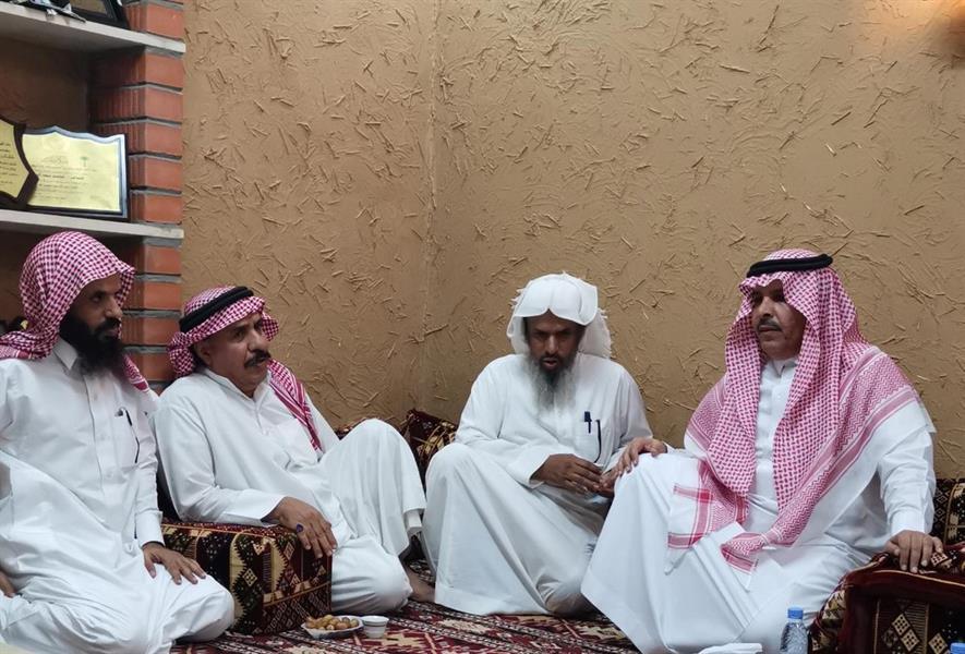 """وفد من """"تعليم الرياض"""" يعزي ذوي الطفل """"معتز الحارثي"""" الذي توفي إثر مشاجرة مع زميله"""
