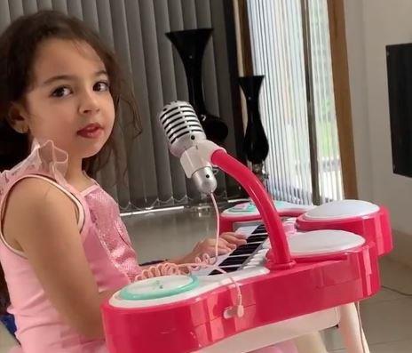 """فيديو.. محمد صلاح يستعرض مهارات ابنته """"مكة"""" في الغناء والموسيقى و""""آل الشيخ"""" يتفاعل"""