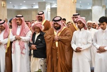 """صور.. نائب أمير جازان يؤدي صلاة الميت على الشهيد """"غزواني"""""""