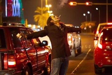 """شاب يتقمص شخصية """"الجوكر"""" ويتجول في الشوارع.. والشرطة تضبطه"""