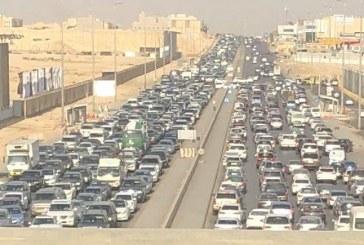 """""""المرور"""" يرد على إعلامي نشر صورة لزحام شديد بالرياض منتقداً الإخفاق في إدارة الحركة المرورية"""