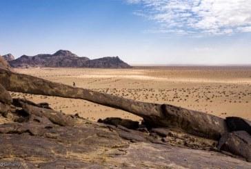 شاهد.. قوس من الصخور يخطف الأنظار أعلى جبل في شمال شرق بيشة