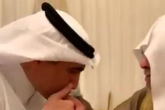 فيديو.. عزام الدخيل يلتقي معلمه في الابتدائية ويقبل يده في حفل زواج نجله