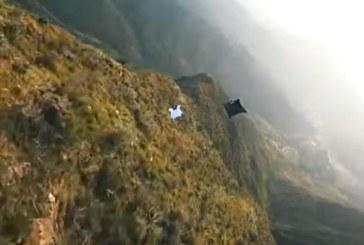 لحظة سقوط المغامر جروبيسك في جبال السودة قبل شهرين بعد تحليق مبهر مع زملائه