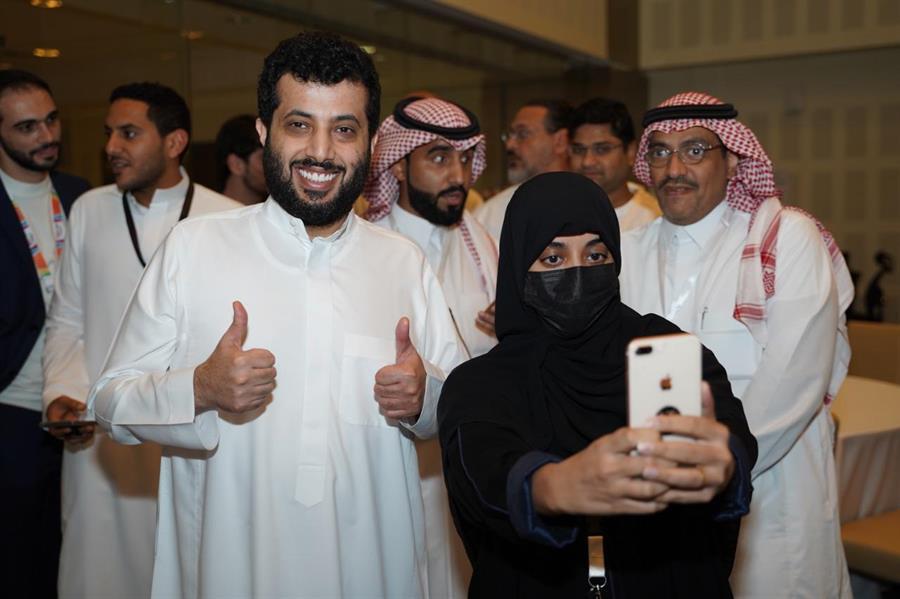 """شاهد كيف كان لقاء تركي آل الشيخ بالعاملين في """"موسم الرياض"""" خلال زيارته لمركز العمليات"""