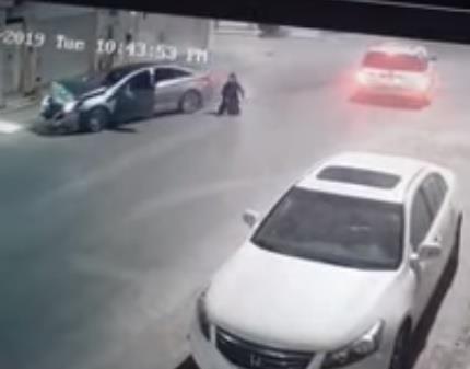 فيديو.. حـادث مروري لسيارتين تقود إحداهما امرأة ومصادر تكشف التفاصيل