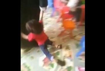 """فيديو لسيدة تعنّف طفلاً داخل إحدى الحضانات و""""العمل"""" تتحرك للوصول لها"""