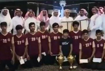 الأمير الوليد بن طلال يستقبل لاعبي نادي طبرجل ويدعمهم بمبلغ 300 ألف ريال