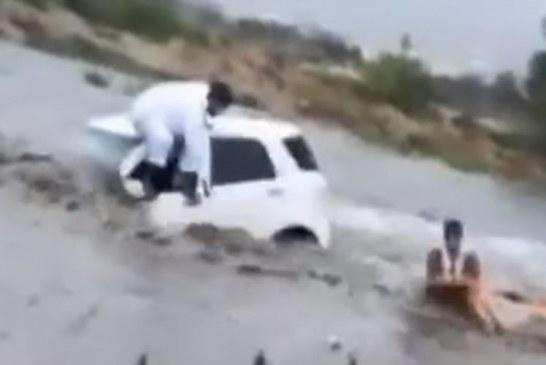 """شاهد.. إنقاذ مواطن احتجزته السيول داخل وادي """"سيسد"""" بالطائف"""