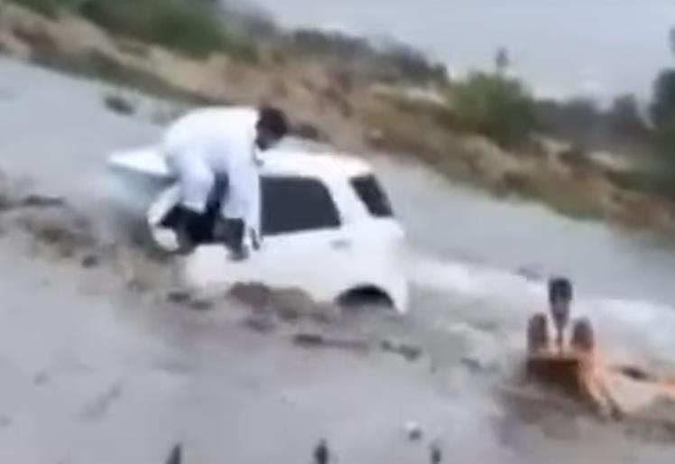 شاهد.. إنقاذ مواطن احتجزته السيول داخل وادي