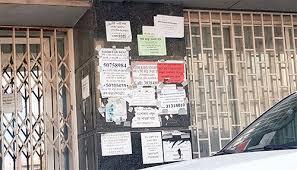 وضع الملصقات والمنشورات في الأماكن العامة بدون ترخيص مخالفة.. وهذه عقوبتها
