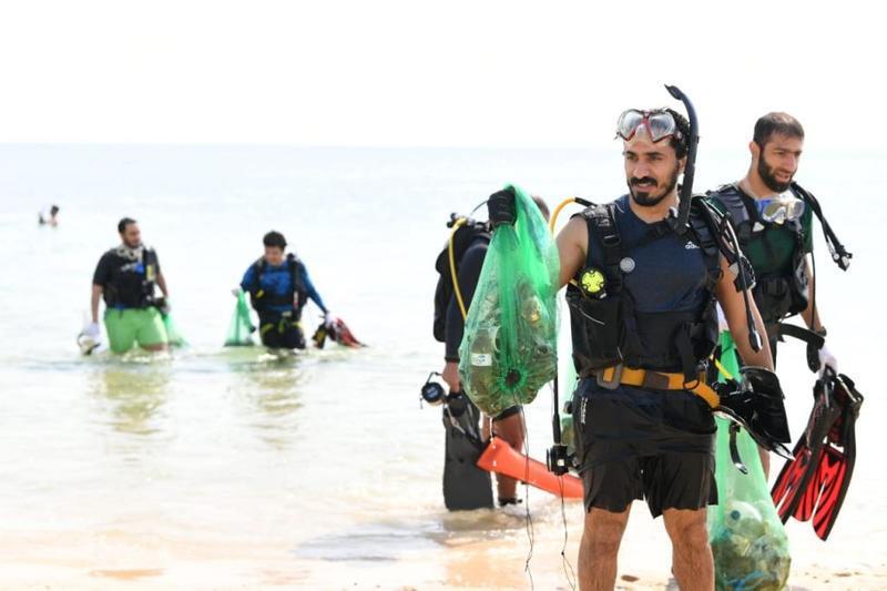 """غواصون ومتطوعون يشاركون في تنظيف شاطئ """"نصف القمر"""" بالشرقية"""