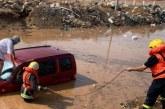 شاهد.. إنقاذ أسرة حاصرتها الأمطار في الليث وزوجين احتجزتهما السيول في سيارتهما بمكة