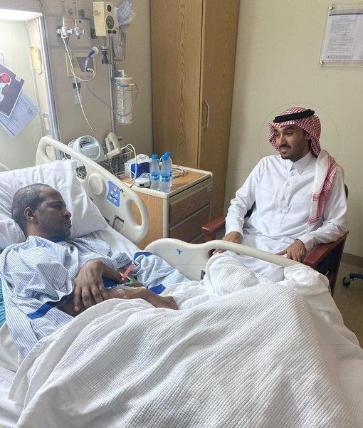 صور.. رئيس هيئة الرياضة يزور اللاعب الدولي السابق خميس العويران في المستشفى