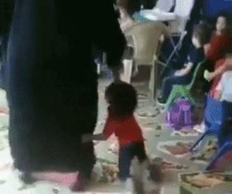 """""""النيابة العامة"""" توجه بتحريك دعوى جزائية تجاه عاملة ظهرت في فيديو وهي تعنف طفلاً داخل حضانة"""