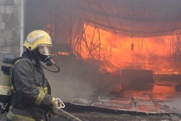 شاهد.. إخماد حريق كبير اندلع في سوق الأهدل بجدة
