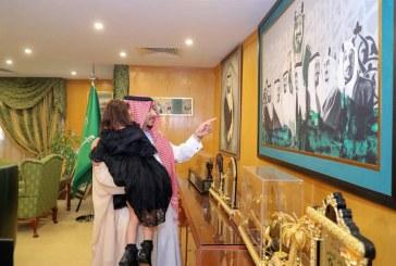 صور.. نائب أمير الجوف يحمل طفلة معـاقة لمشاهدة لوحة جدارية بالإمارة