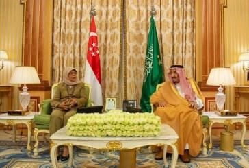 خادم الحرمين يستقبل رئيسة سنغافورة ويسلمها قلادة الملك عبدالعزيز