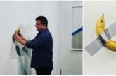 شخص يأكل الموزة المعلقة بشريط لاصق على الجدار بعد بيعها بـ 120 ألف دولار (فيديو)