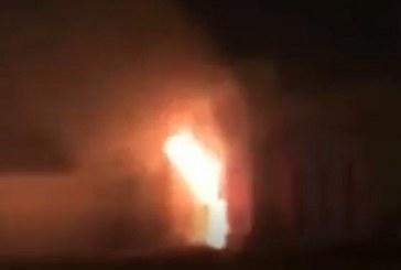 شاهد.. الدفاع المدني يخمد حريقاً في فرع أحد البنوك بالقنفذة