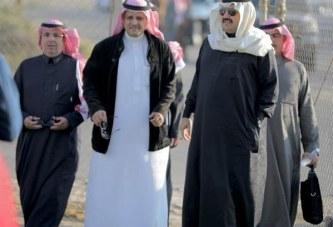 """تركي بن طلال يُشارك لاعبي """"أبها"""" تمريناتهم"""