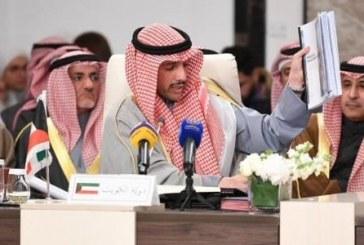 """فيديو.. رئيس مجلس النواب الكويتي يلقي مستندات """"صفقة القرن"""" في سلة المهملات"""