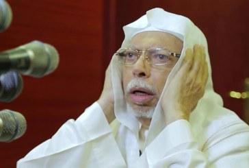 فيديو.. الشيخ علي الملا يصـاب بالتعب خلال رفعه الأذان ومؤذن آخر يكمله بدلاً منه