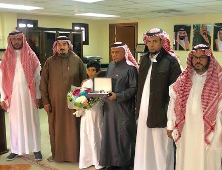 صور.. مدرسة بالطائف تحتفل بعودة طالب بعد إجرائه عملية قسطرة قلبية