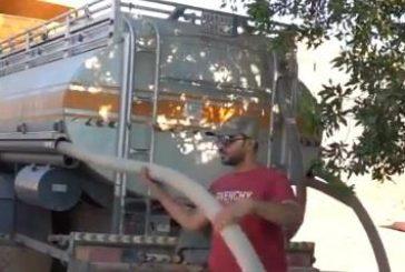 شاب يعمل على صهريج مياه يروي تجربته ويكشف أن دخله يفوق راتب بعض الموظفين (فيديو)