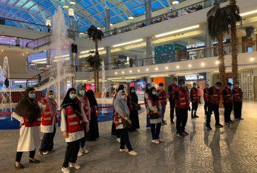 متطوعو و متطوعات الهلال الأحمر بجدة يقدّمون النصح لزوار المجمعات التجارية بضرورة التباعد الجسدي و لبس الكمامة