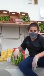 فيديو.. طفل يستثمر فترة الإجازة ببيع الخضار والفواكه أمام منزله