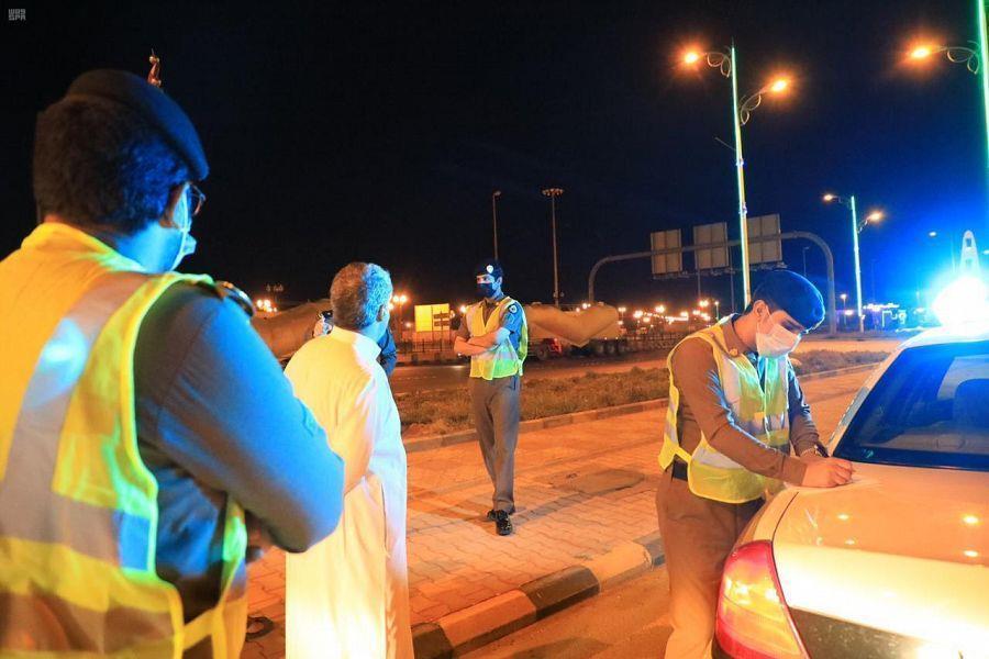 شرطة مكة تغرّم 159 مخالفاً لعدم ارتدائهم كمامات