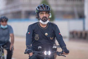 محمد بن راشد يقود دراجة هوائية ويتجول بها في شوارع دبي