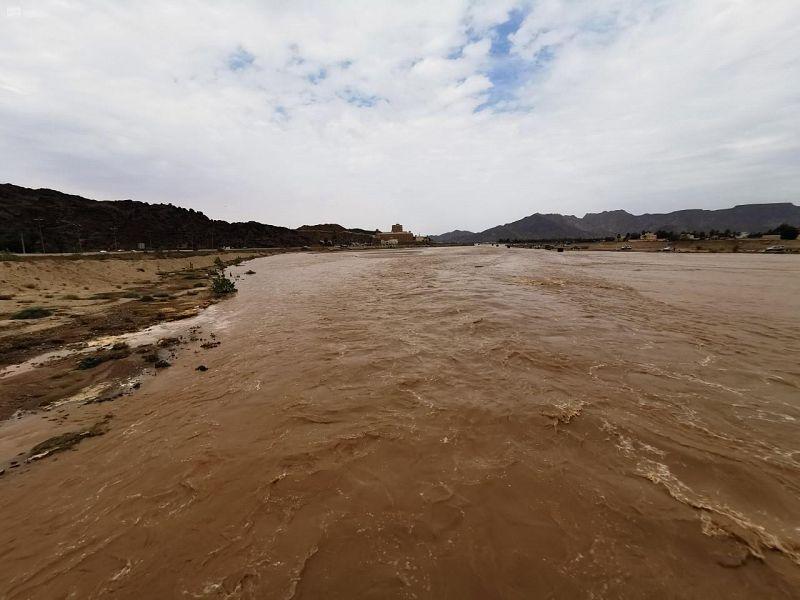 سيل وادي نجران يواصل جريانه مع تشكلات السحب وعلى ضفافه أبرز المواقع التاريخية بالمنطقة
