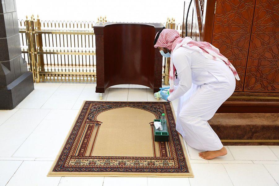 وكالة الشؤون الفنية والخدمية بالمسجد الحرام تعقيمٌ وتعطير مستمر للمكبّرية ومنبر الخطيب